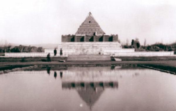 مقبره فردوسی شبیه اهرام ثلاثه بود